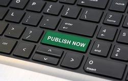 Éditez maintenant sur le concept en ligne de blog de clavier photographie stock libre de droits