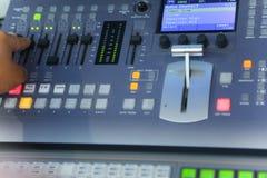 Édition travaillante d'ingénieur de TV avec le mélangeur visuel et audio Photo stock
