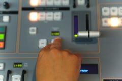 Édition travaillante d'ingénieur de TV avec le mélangeur visuel et audio Photo libre de droits