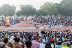 Éditorial documentaire AUROVILLE, TAMIL NADU, INDE - 28 février 2018 Méditation collective avec le ` s 50 YE d'Auroville de fireO Image libre de droits