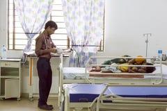 Éditorial documentaire Hôpital de Pondicherry Jipmer, Inde - 1er juin 2014 Plein documentaire au sujet de patient et de leur fami Photos stock