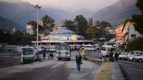 Éditorial : Palampur, Himachal Pradesh, Inde : Le 10 novembre 2015 : Arrêt de bus local à la jolie station de colline dans Himach banque de vidéos