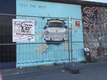 Éditorial trabant de mur de Berlin Photographie stock