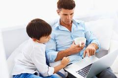 Éducation à la maison Fils de aide de père pour faire le travail Images libres de droits
