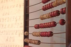 Éducation élémentaire dans le passé : aide de calcul et plaquette d'alphabet images stock