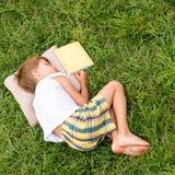 Éducation alternative De nouveau à l'école Heure d'été avec le livre photos libres de droits