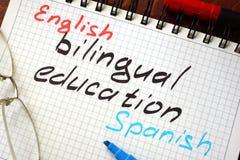 Éducation bilingue de signe écrite dans un bloc-notes images stock