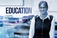 Éducation contre le professeur féminin de sourire dans la salle de classe Photos stock