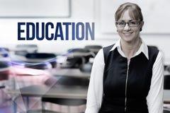 Éducation contre le professeur féminin de sourire dans la salle de classe images stock