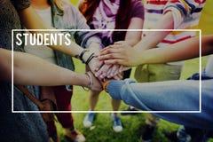 Éducation d'étudiants apprenant le concept multi-ethnique d'amis Images libres de droits