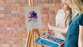Éducation de beaux-arts expliquer des couleurs ombrageant la fleur clips vidéos