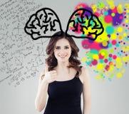 Éducation de créativité, nouveau idées et droit et hémisphères gauches du concept de cerveau Étudiante de sourire sur le fond ave photos libres de droits