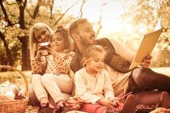 Éducation de famille en nature images stock