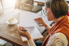 Éducation en ligne, vente Un étudiant fait le travail Une femme d'affaires signe un contrat Démarrage, fonctionnement d'entrepren image libre de droits