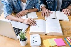 Éducation, enseignement, étude, technologie et concept de personnes Deux étudiants ou camarades de classe de lycée avec des aides photographie stock