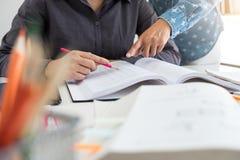 Éducation, enseignement, étude, technologie et concept de personnes La TW Photo libre de droits