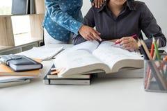Éducation, enseignement, étude, technologie et concept de personnes La TW Photographie stock libre de droits