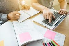 Éducation, enseignement, étude, technologie et concept de personnes La TW photo stock