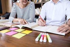 Éducation, enseignement, apprenant le concept Deux étudiants de lycée photographie stock