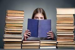 Éducation et concept d'école - petite fille de sourire d'étudiant avec Image stock