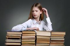 Éducation et concept d'école - petite fille de sourire d'étudiant avec Photos stock