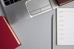 Éducation et concept d'affaires Planificateur avec les livres, le carnet et le crayon photo stock
