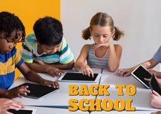 Éducation et de nouveau au texte et aux enfants d'école regardant un comprimé la classe Photos stock