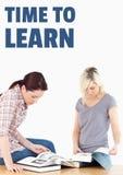 Éducation et heure d'apprendre des livres de lecture des textes et de femmes Photo libre de droits
