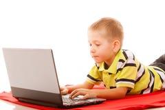 Éducation, Internet de technologie - petit garçon avec l'ordinateur portable photo libre de droits