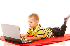 Éducation, Internet de technologie - petit garçon avec l'ordinateur portable image stock
