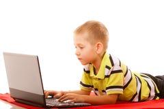 Éducation, Internet de technologie - petit garçon avec l'ordinateur portable photo stock