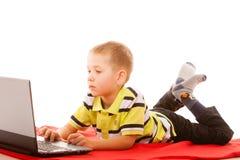 Éducation, Internet de technologie - petit garçon avec l'ordinateur portable photos stock