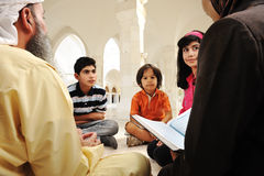 Éducation islamique à l'intérieur de la mosquée blanche, Photos stock