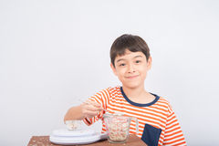 Éducation mathmatic de penchement d'échelle de poids de petit garçon dans la classe Photo libre de droits