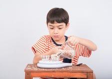Éducation mathmatic de penchement d'échelle de poids de petit garçon dans la classe Photographie stock