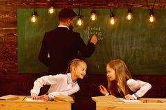 éducation moderne éducation moderne à la rétro école éducation moderne pour deux petites filles Concept moderne d'éducation neuf images stock