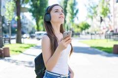 Éducation moderne de dispositif d'instrument de technologie de technologie étudiant le concept de génération Portrait de la dame  photographie stock libre de droits