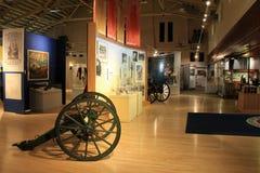 Éducation sur beaucoup de différentes guerres, avec les objets exposés étendus, musée militaire, Saratoga New York, 2016 images libres de droits