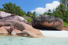 Éducations de basalte sur l'île tropicale Baie Lazare, Mahe, Seychelles Photographie stock