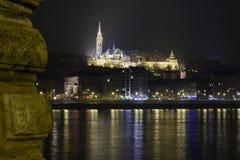 Église à Budapest, Hongrie la nuit au-dessus de Danube Photographie stock libre de droits