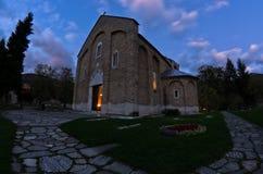 Église à l'intérieur de monastère de Studenica pendant la prière du soir Photo stock