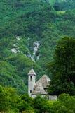 Église antique dans la montagne verte images libres de droits