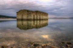 Église antique dans le barrage de Zrebchevo, Bulgarie Images stock