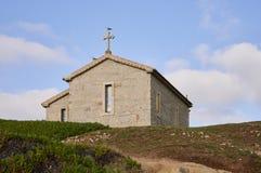 Église au-dessus de la colline contre un ciel bleu photo libre de droits