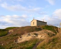 Église au-dessus de la colline réfléchissant la lumière du soleil photos stock