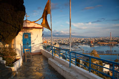 Église au-dessus du port à Le Pirée, Athènes Image libre de droits