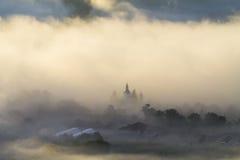 Église au lever de soleil dans le matin brumeux Photos stock