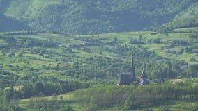 Église au milieu de nature verte, le noyau de la vie banque de vidéos