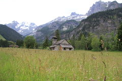 Église au pied de montagnes Photographie stock libre de droits
