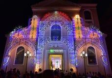Église avec des lumières dans le festin de patronal, Italie du sud images stock